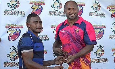 Lote Tuqiri presents the player of the tournament medal to Nailati Ukelele in January 2016